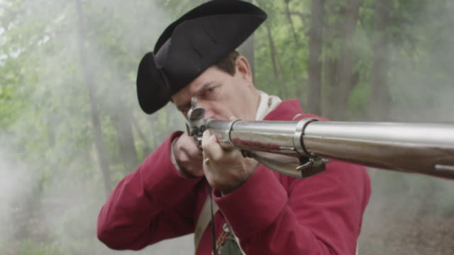 vídeos y material grabado en eventos de stock de smoke billowing around revolutionary war soldier aiming musket - tricornio
