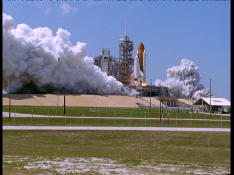 vídeos de stock e filmes b-roll de smoke billows as space shuttle launches, florida - exploração espacial