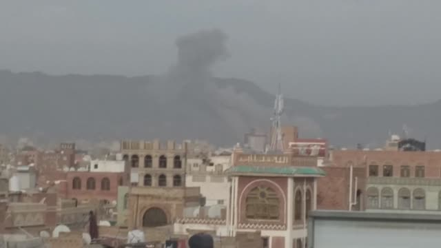 smoke billows following an air strike by saudi-led coalition in the yemeni capital sanaa. yemen is wracked by a war which has killed tens of... - yemen bildbanksvideor och videomaterial från bakom kulisserna