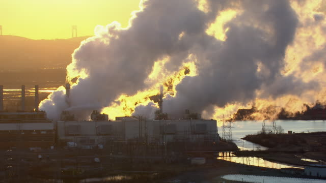 smoke billows from the smokestacks at a new jersey power generating plant. - 化石燃料点の映像素材/bロール