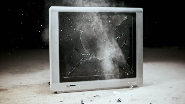vídeos y material grabado en eventos de stock de slo mo ld humo saliendo de un viejo televisor con una pantalla rota - derribado