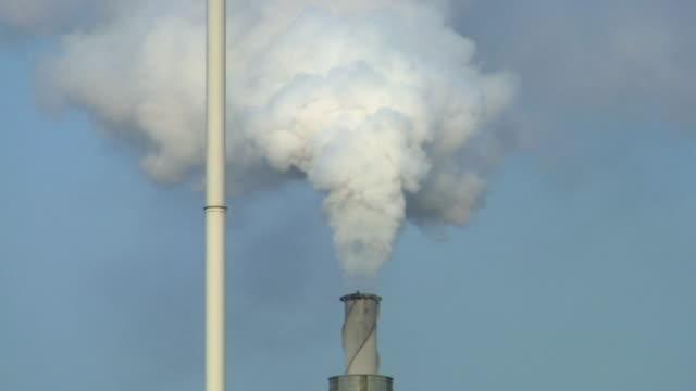 vidéos et rushes de cu, smoke coming out of factory chimney / thurock, essex, england - répandre