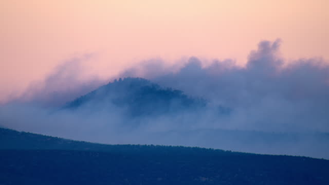 smoke from a forest fire enshrouds mountains in arizona. - southwest usa stock-videos und b-roll-filmmaterial