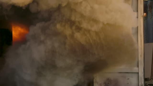 vídeos de stock e filmes b-roll de smoke from accidental explosion - socorrista