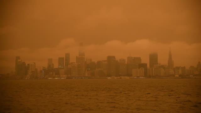 vídeos de stock e filmes b-roll de smoke from california wildfires hangs over the skyline of san francisco, california, usa on wednesday september 9th, 2020. - san francisco california