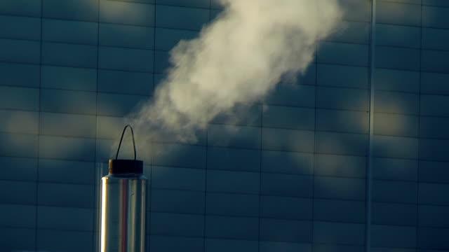 rauch der kamin - bürogebäude stock-videos und b-roll-filmmaterial