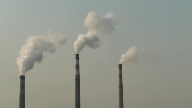 煙突からの煙 - 工場の煙突点の映像素材/bロール