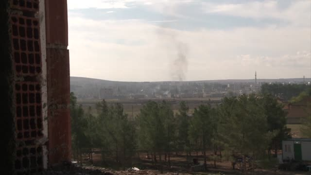 vídeos y material grabado en eventos de stock de smoke is seen rising from the battleground syrian border town of kobane amid shelling and gunfire just days after peshmergas forces arrived to... - isis