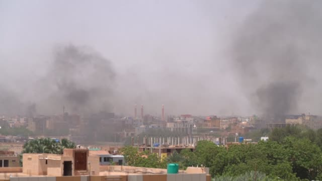 vídeos de stock, filmes e b-roll de smoke is seen rising over areas of khartoum as protesters block streets and burn tyres following an attempt by the sudan's military rulers to clear a... - sudão