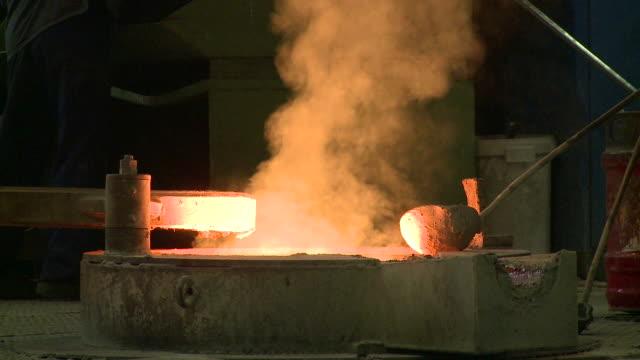 vídeos de stock, filmes e b-roll de ms smoke leaping in melting furnace / langenfeld, north rhine-westphalia, germany - fundir técnica de vídeo