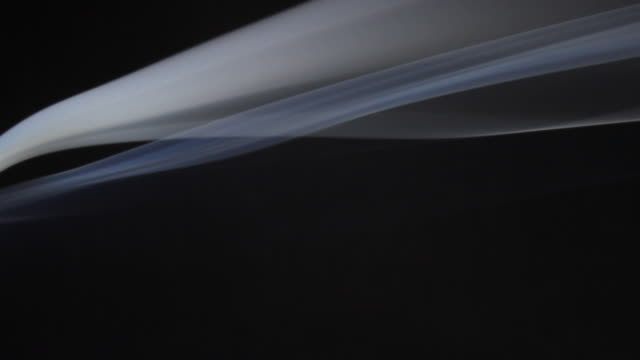 vídeos y material grabado en eventos de stock de smoke moving across the frame - onda irregular