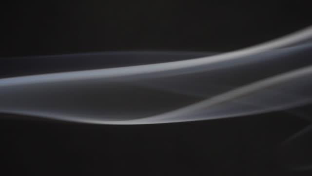 vídeos de stock e filmes b-roll de smoke moving across the frame - magro