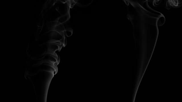 vidéos et rushes de fumée sur le fond noir pour le mode composite - écran - fumée structure physique
