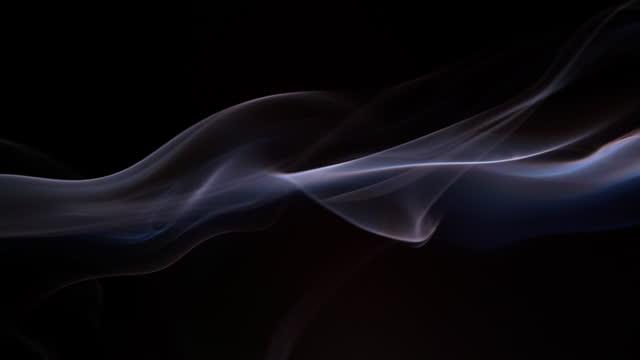 vidéos et rushes de fumée sur le fond noir - touche de couleur