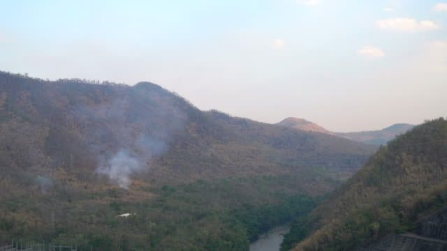 la fumée sur la montagne