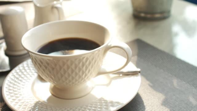fumo sopra la tazza di caffè espresso per birra casalinga - tazza da caffè video stock e b–roll