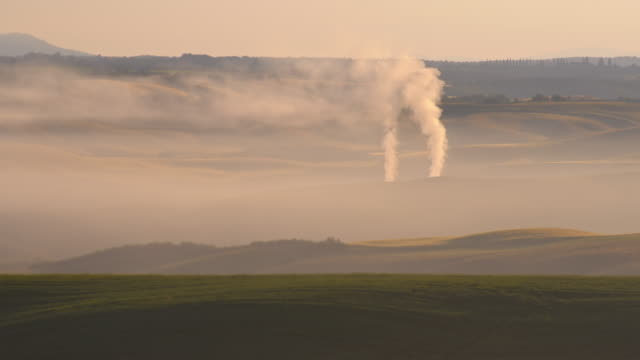 fumo inquinamento - fumaiolo struttura costruita dall'uomo video stock e b–roll