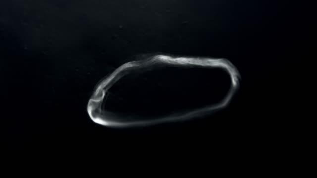 黒の背景に浮かぶ slo mo 煙リング - 煙草製品点の映像素材/bロール