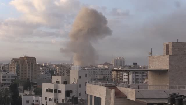 smoke rises after israeliair strikes hit abuildingingaza on may 18, 2021.israeliairstrikes ongazacity flattened a six-story buildingon... - striscia di gaza video stock e b–roll