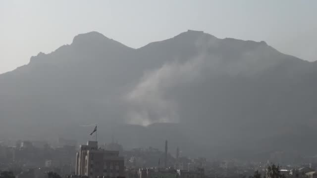 vídeos de stock e filmes b-roll de smoke rises after saudiled coalitions carried out airstrikes on the military camps of houthi ansarullah movement around nukum mountain in sanaa yemen... - coligação