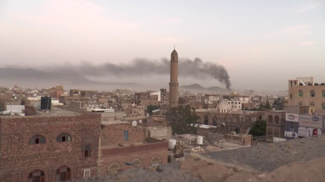 vídeos de stock e filmes b-roll de smoke rises from an army building of houthi ansarullah movement hit by saudiled warplanes in yemeni capital sanaa on june 3 2015 footage by stringer... - ataque aéreo