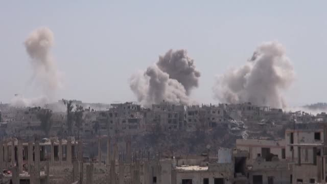 vídeos de stock e filmes b-roll de smoke rises from the sites of airstrikes carried out by assad regime forces in southwestern syrian city of daraa on june 05 2017 - ataque aéreo