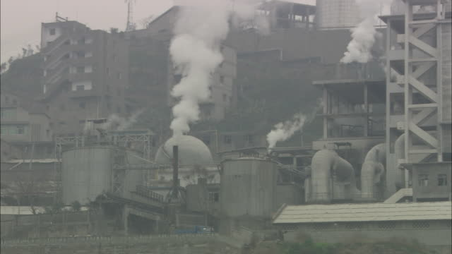 la ms smoke rising from factory / china - luftverschmutzung stock-videos und b-roll-filmmaterial