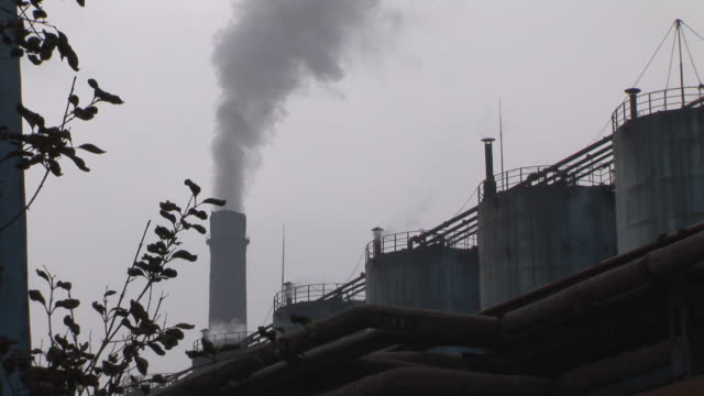 stockvideo's en b-roll-footage met la ms smoke rising from factory smokestack/ guiyang, china - documentairebeeld