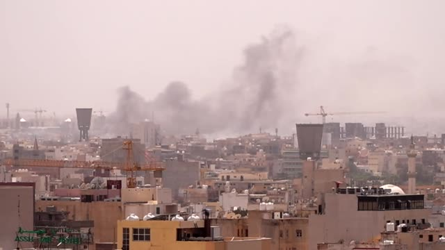 stockvideo's en b-roll-footage met smoke rising over tripoli after intense fighting between libyan government forces and khalifa haftar's troops - libië