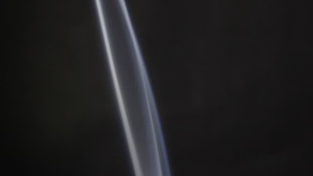 vídeos y material grabado en eventos de stock de smoke rising through frame - onda irregular