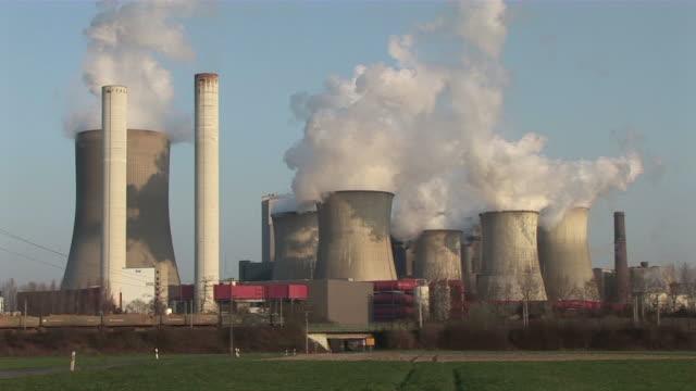ws smoke stacks of  nuclear power plant / niederaubem, north rhine- westphalia, germany - atomkraftwerk stock-videos und b-roll-filmmaterial