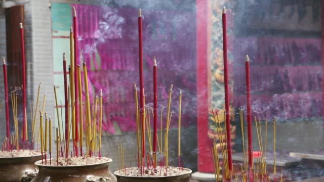 ms smoke sticks in temple / hanoi, vietnam - tempel stock-videos und b-roll-filmmaterial