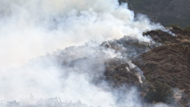 vídeos y material grabado en eventos de stock de smoke surrounding rocky mountainside during wildfire - provo