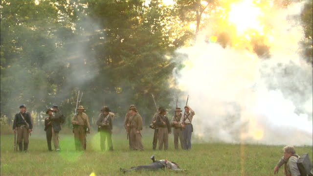 smoke surrounds a small band of confederate soldiers on a civil war battlefield. - gettysburg stock-videos und b-roll-filmmaterial