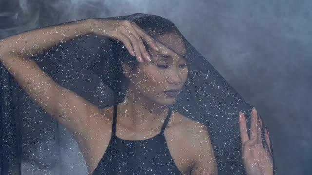 rauchen sie tan haut asiatin schwarze haare dunkle lippe mit dichten flauschige puffs der weiße rauch und nebel - ausbreiten stock-videos und b-roll-filmmaterial