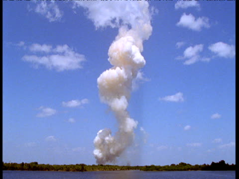 vídeos de stock, filmes e b-roll de smoke trail after space shuttle launch, florida - estilo dos anos 2000