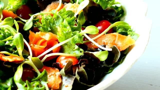 Gerookte zalm met groente salade
