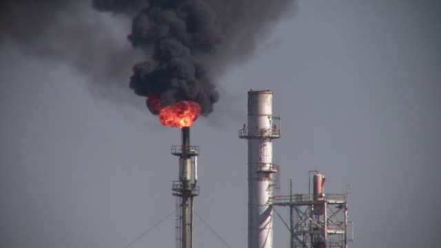 vidéos et rushes de ms, smokes and gas flare in oil refinery , houston, texas, usa - industrie du pétrole