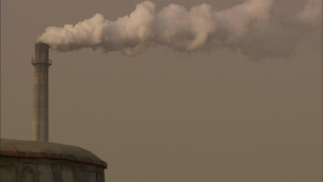 ms smokestack emitting thick white plume of smoke, beijing, china - 大気汚染点の映像素材/bロール
