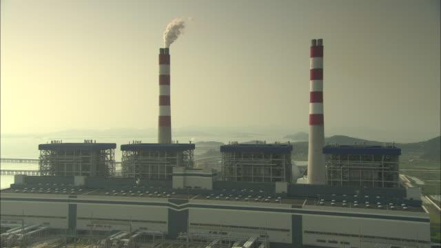 ws ha smokestacks at huaneng yuhuan ultra supercritical power plant, yuhuan county, zhejiang, china - 工場の煙突点の映像素材/bロール