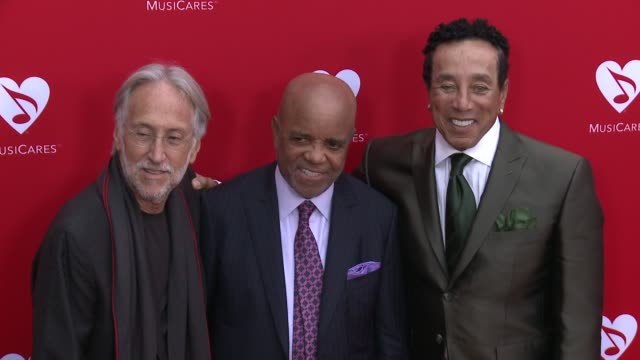 vídeos de stock e filmes b-roll de smokey robinson and berry gordy at the 12th annual musicares map fun benefit concert honoring smokey robinson at the novo by microsoft on may 19 2016... - benefit concert