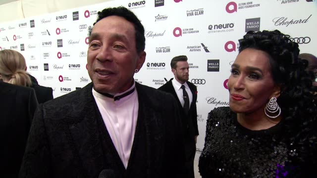 interview smokey robinson and frances robinson at the 23rd annual elton john aids foundation academy awards viewing party sponsored by chopard neuro... - smokey robinson stock-videos und b-roll-filmmaterial