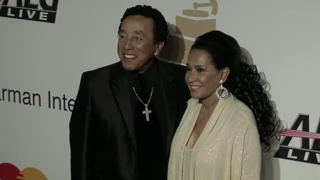 smokey robinson at the the recording academy clive davis present the 2010 pregrammy gala at beverly hills ca - smokey robinson stock-videos und b-roll-filmmaterial
