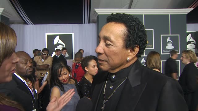 smokey robinson on the mj tribute he is part of tonight, why the grammy's is the perfect forum for this tribute and his advice to the younger... - トリビュート・イベント点の映像素材/bロール