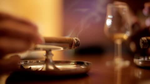 vídeos de stock, filmes e b-roll de um charuto fumar - charuto