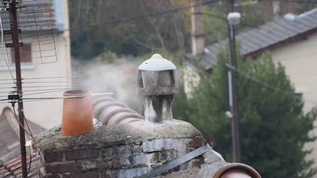 vidéos et rushes de smoking chimney the heating smoke of a house on december 6 2019 in pontoise france - bruno levesque