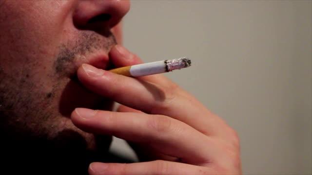 喫煙 cigaretts 、不健康な習慣 - 禁煙マーク点の映像素材/bロール