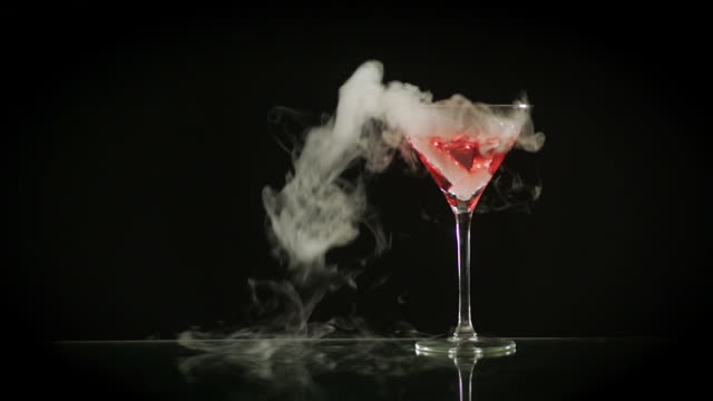 stockvideo's en b-roll-footage met smoking cosmopolitan - martiniglas