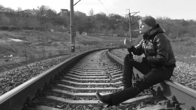 smoking girl on the rails - 底片 個影片檔及 b 捲影像