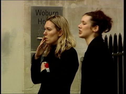 smoking health warning to women itn woburn house ext young women smoking woman smoking cigarette - sigaretta video stock e b–roll